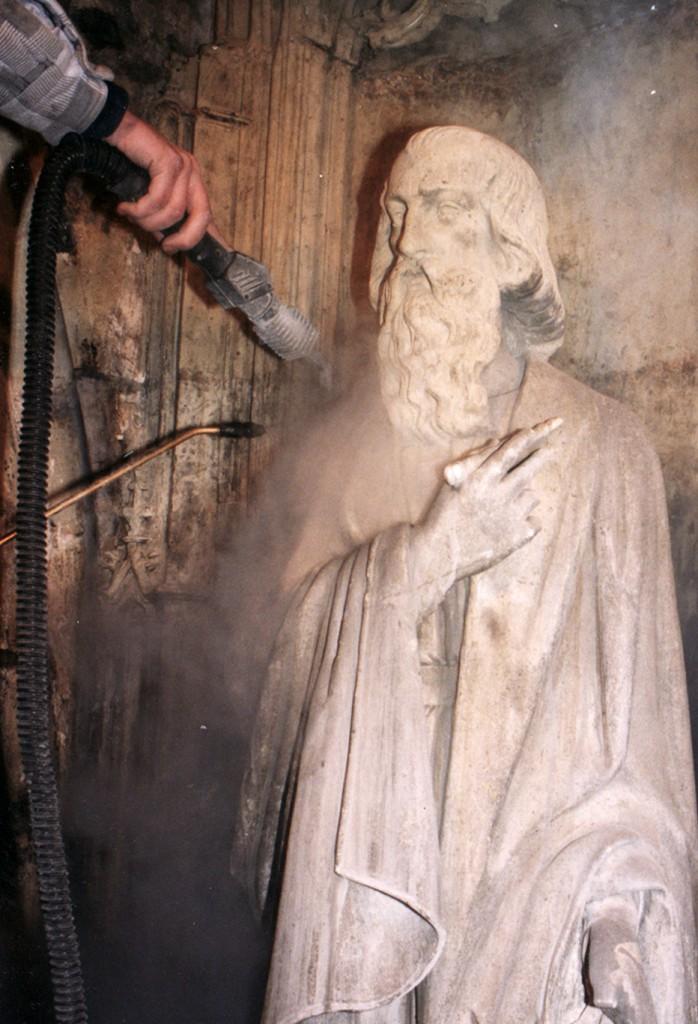 Reinigen met natte verzadigde stoom van de beelden