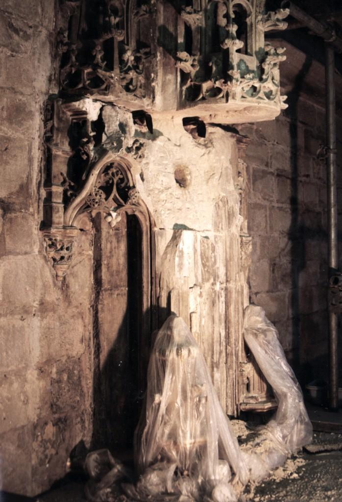 De baldakijn na het demonteren van de brokstukken van de gebroken luifel en verwijderen van het geroeste 19e eeuwse muuranker.